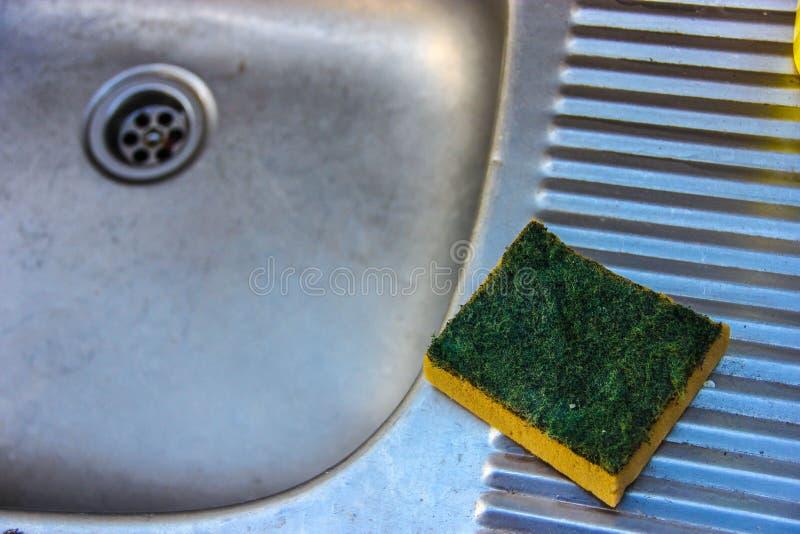 Esponja com o líquido de lavagem do prato insalubre fotografia de stock royalty free