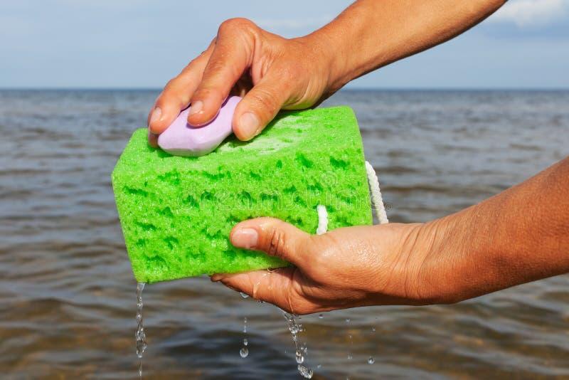 Esponja en manos. foto de archivo libre de regalías