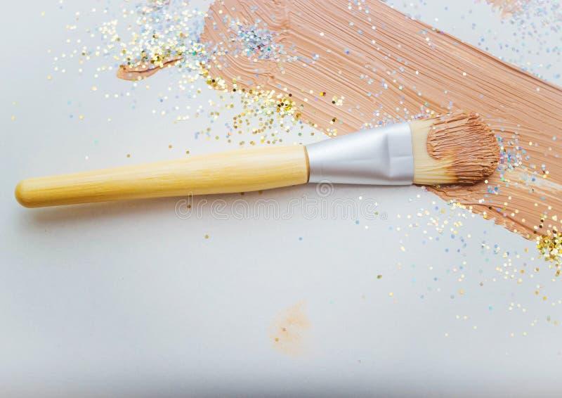 Esponja para el maquillaje con crema de fundación imagen de archivo libre de regalías