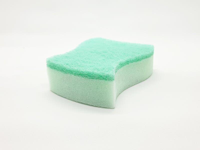 Esponja verde limpia de la cocina en el fondo aislado blanco foto de archivo
