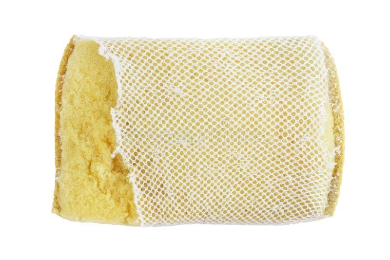 Esponja, viejo lavado de la esponja, esponja que se lava del plato, limpieza amarilla absorbente de las esponjas aislada en el fo fotografía de archivo
