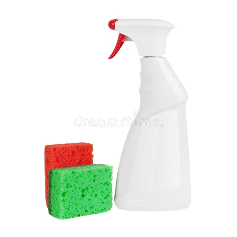 Esponjas cerca de la maqueta detergente w de la botella del espray plástico en blanco blanco fotos de archivo libres de regalías