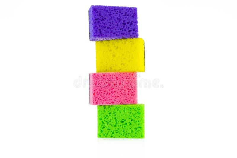 Esponjas coloreadas coloridas en un fondo blanco fotos de archivo