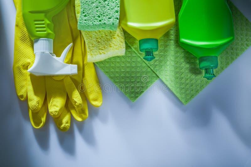 Esponjas de los guantes protectores del rociador de la botella del trapo de limpieza en blanco fotografía de archivo libre de regalías