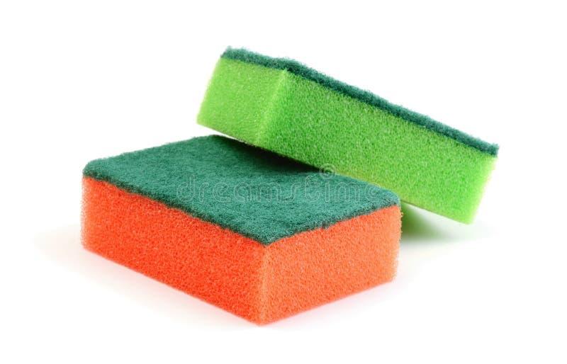 Esponjas para lavarse y limpiar de las mercancías de la cocina aisladas fotos de archivo