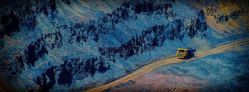 Esportazione di minerale di ferro estratto dalla cava in autocarro con cassone ribaltabile Noi fotografie stock libere da diritti