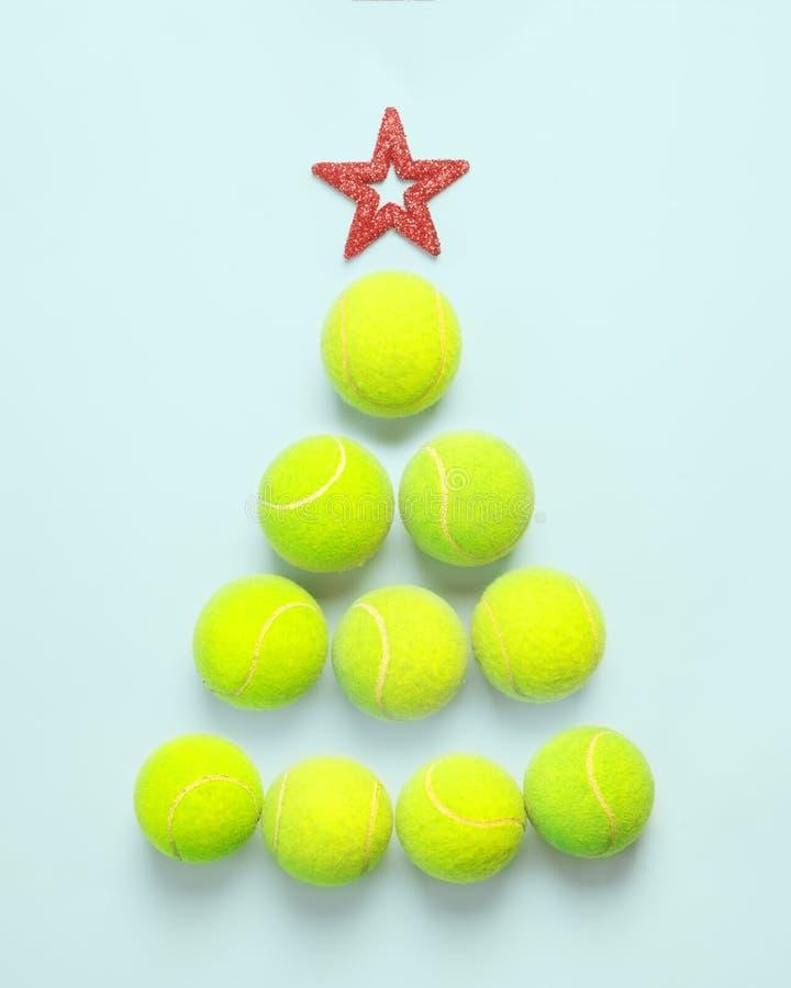 Esporte, aptidão, conceito do jogo e dos objetos - Natal e conceito do ano novo com opinião superior de bolas de tênis imagem de stock