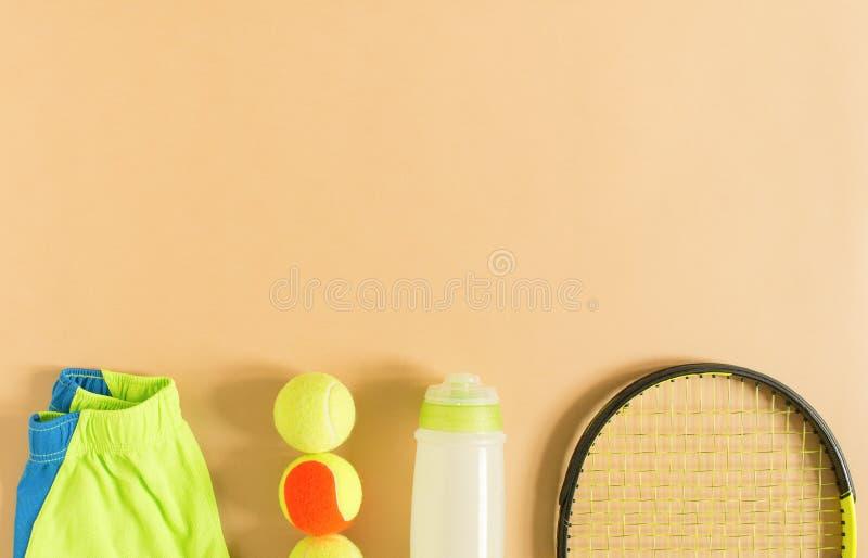 Esporte, aptidão, tênis, estilo de vida saudável, material do esporte Cimente instrutores, bola de tênis, cimente o short atlétic fotografia de stock royalty free