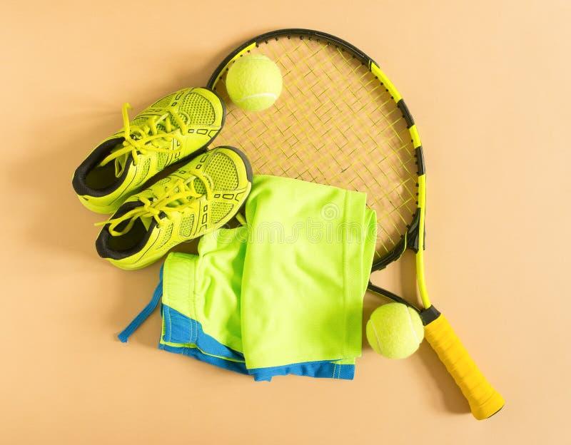 Esporte, aptidão, tênis, estilo de vida saudável, material do esporte A raquete de tênis, instrutores do cal, bola de tênis, cime foto de stock