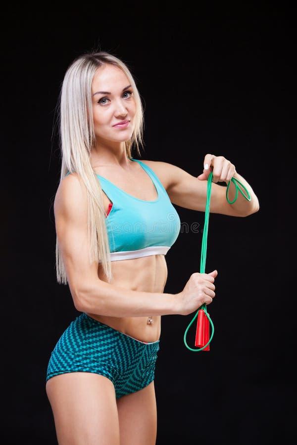 Download Esporte, Atividade Mulher Bonito Com Corda De Salto Fundo Muscular Do Preto Da Mulher Foto de Stock - Imagem de atrativo, cuidado: 107529644