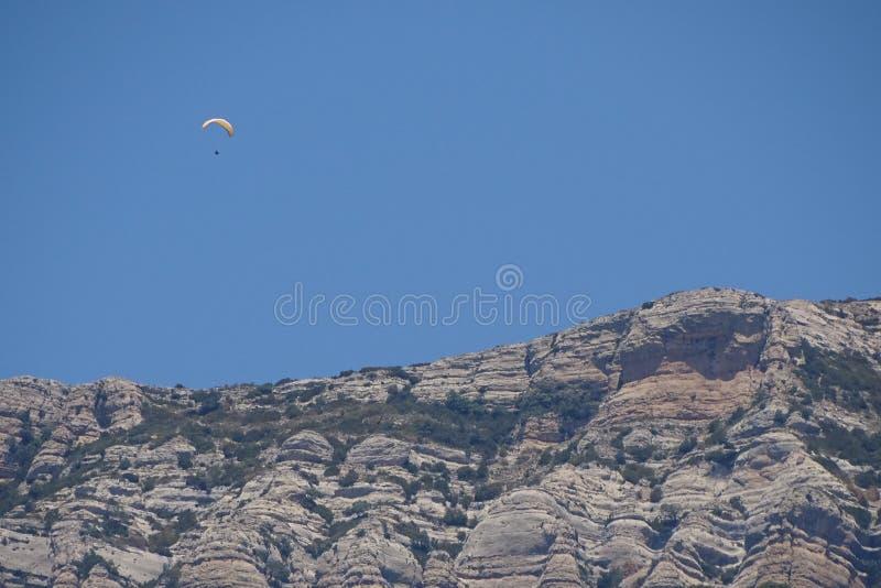 Esporte com céu azul, esporte do parapente da aventura foto de stock