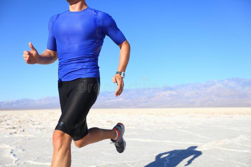 Esporte - corredor que funciona no deserto fotografia de stock