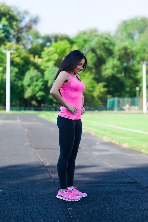 Esporte da mulher que verifica a cintura das celulites foto de stock royalty free