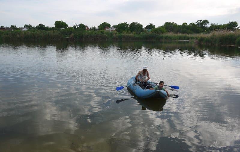 Esporte de barco do pescador no rio Detalhes e close-up fotos de stock royalty free