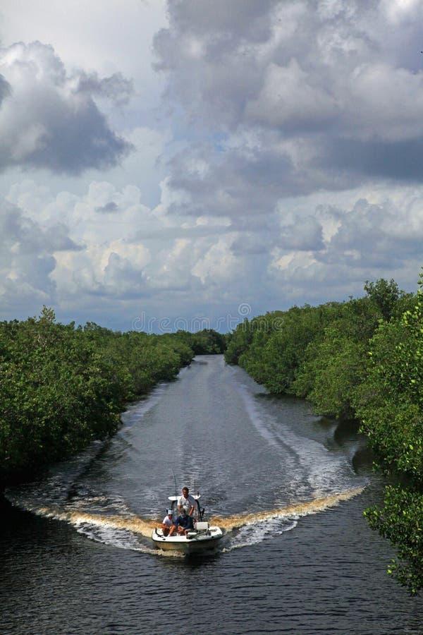 Esporte de barco dos pescadores no parque nacional dos marismas, FL fotografia de stock