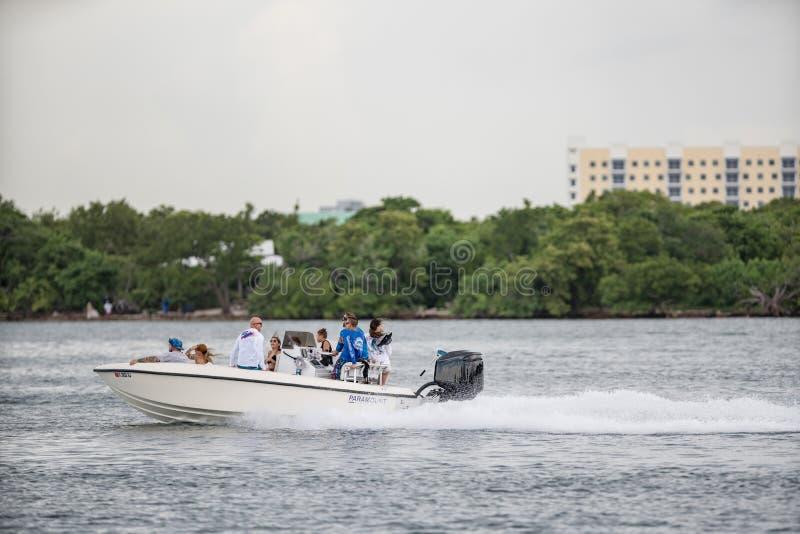Esporte de barco dos povos em Miami no fim de semana Imagem tomada com uma lente do supertelephoto fotos de stock royalty free