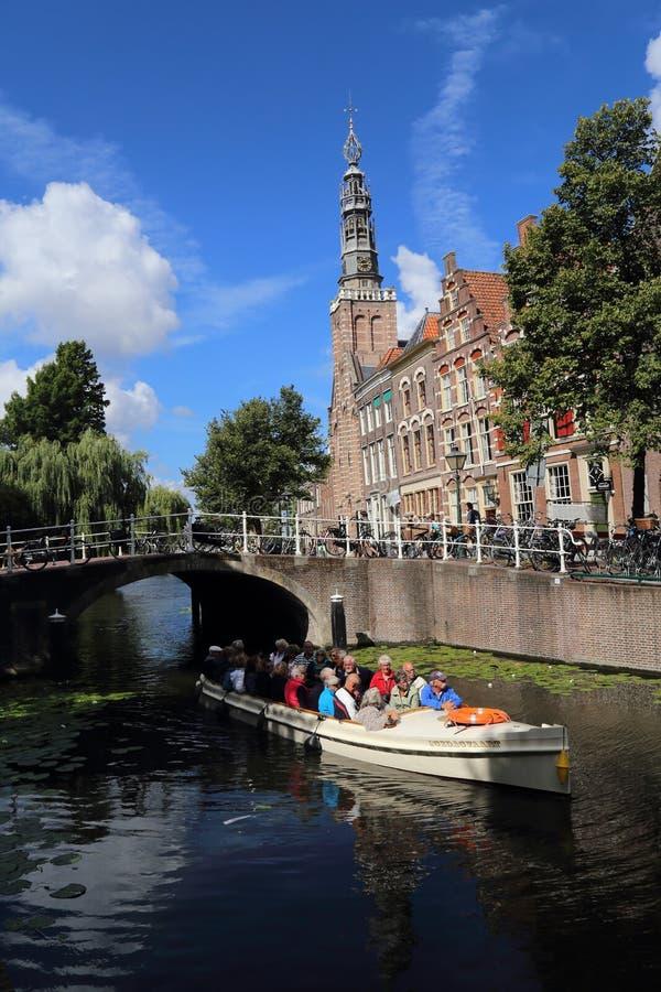 Esporte de barco em um canal em Leiden, Holanda fotos de stock royalty free