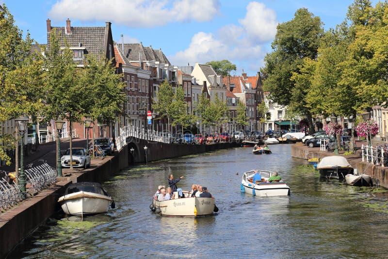 Esporte de barco em um canal em Leiden, Holanda imagem de stock royalty free