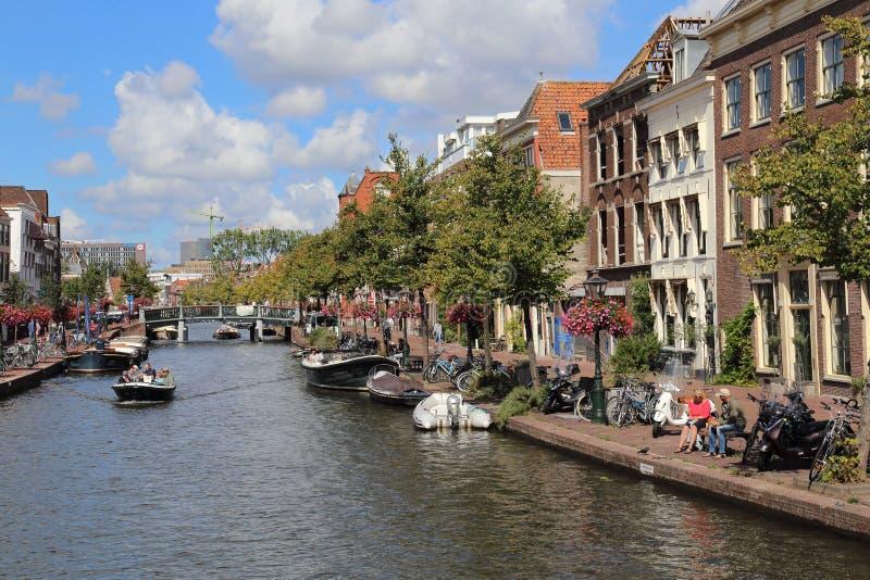 Esporte de barco em um canal em Leiden, Holanda imagem de stock