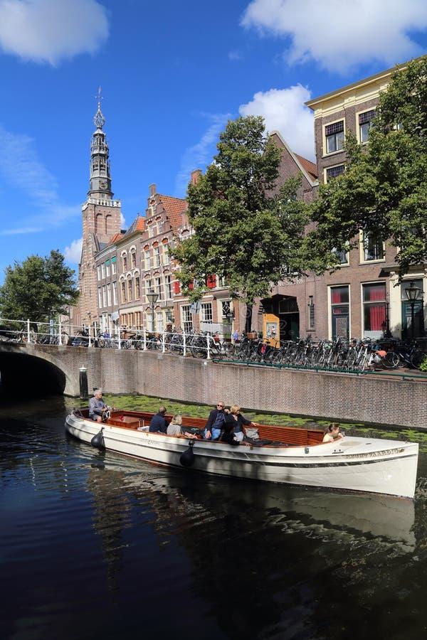 Esporte de barco em um canal em Leiden, Holanda fotos de stock