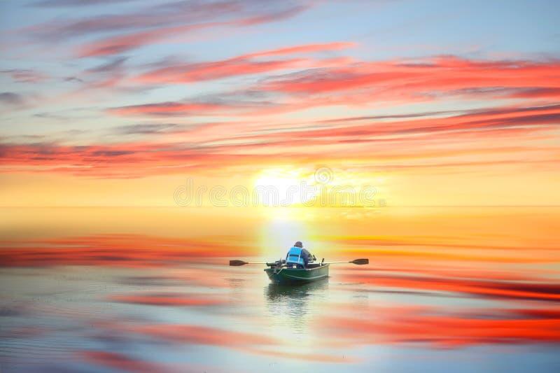 Esporte de barco na elevação do sol imagens de stock