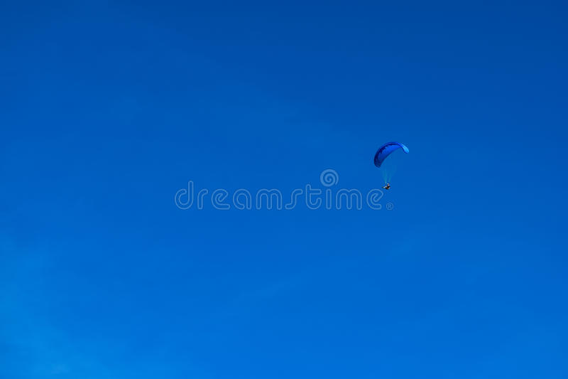 Esporte do parapente com paisagens agradáveis foto de stock