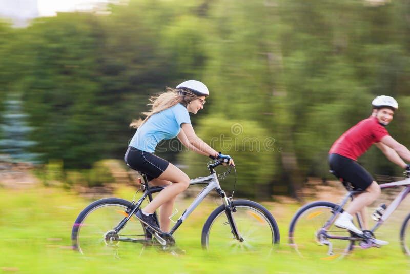 Esporte e conceito das bicicletas: Pares caucasianos novos que têm um Sppe fotografia de stock royalty free