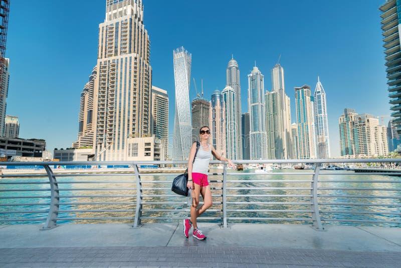 Esporte e saúde A mulher atlética no sportswear está preparando-se a c fotos de stock