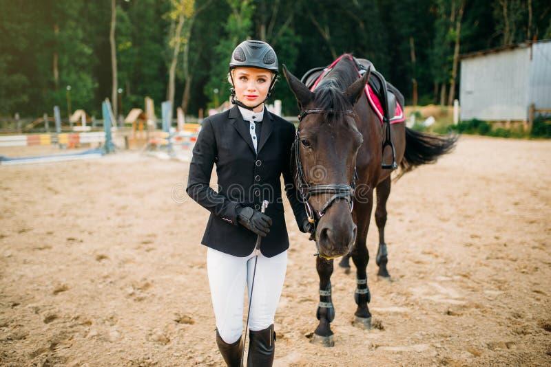 Esporte equestre, jóquei fêmea e cavalo fotos de stock