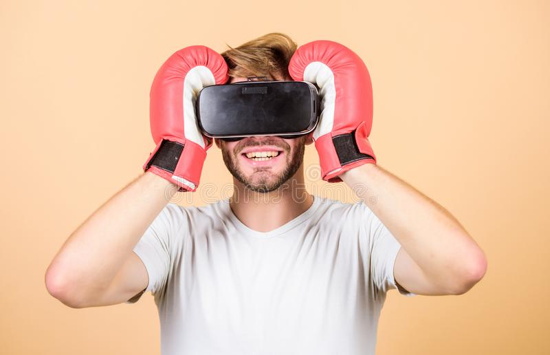 esporte nova tecnologia do uso do homem encaixotamento do vr Inova??o futura Dispositivo moderno Jogo de encaixotamento de formaç foto de stock royalty free