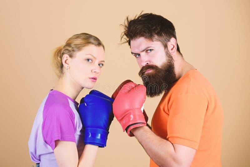 Esporte para todos Clube de boxe amador Igualdade de oportunidades Força e potência Homem e mulher em luvas de boxe Ser fotos de stock royalty free