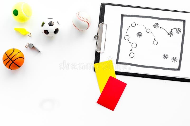 Esporte que julga o conceito Árbitro do basquetebol Plano da tática para os cartões do jogo, da bola do futebol, os vermelhos e o fotografia de stock royalty free