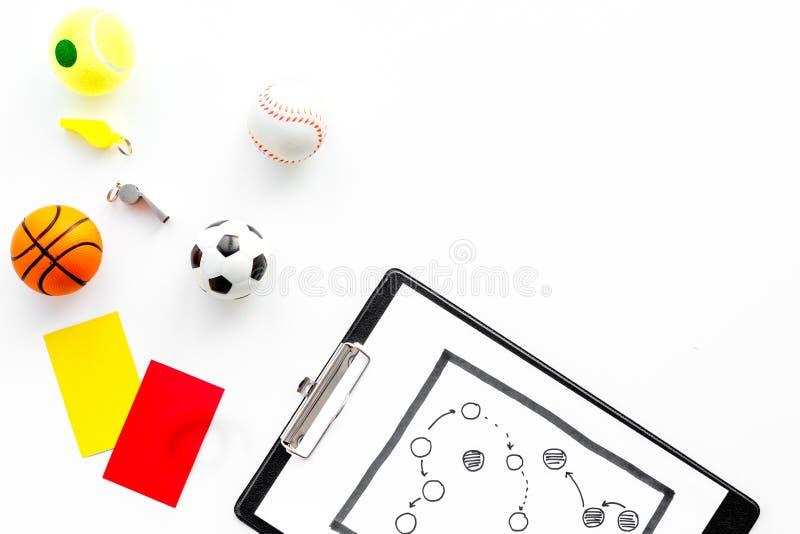 Esporte que julga o conceito Árbitro do basquetebol Plano da tática para os cartões do jogo, da bola do futebol, os vermelhos e o fotos de stock