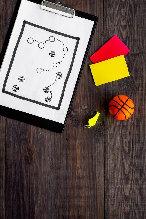 Esporte que julga o conceito Árbitro do basquetebol Plano da tática para os cartões do jogo, da bola do basquetebol, os vermelhos imagem de stock royalty free