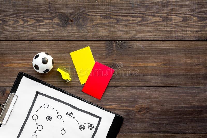 Esporte que julga o conceito Árbitro do futebol Plano da tática para os cartões do jogo, da bola do futebol, os vermelhos e os am foto de stock royalty free