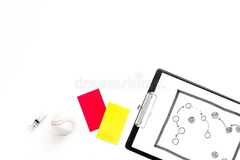 Esporte que julga o conceito Árbitro do futebol Plano da tática para os cartões do jogo, da bola, os vermelhos e os amarelos, ass foto de stock