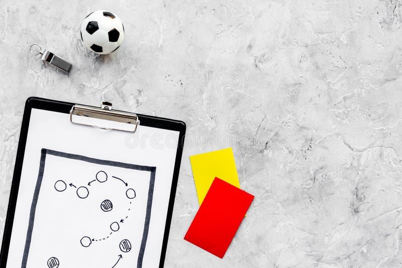 Esporte que julga o conceito Árbitro do futebol Plano da tática para os cartões do jogo, da bola do futebol, os vermelhos e os am foto de stock