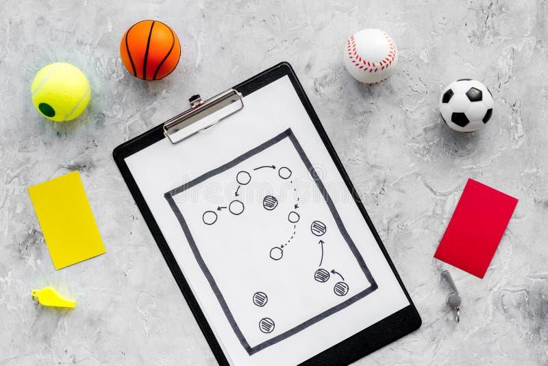 Esporte que julga o conceito Árbitro do jogo do esporte Plano da tática para os cartões do jogo, das bolas, os vermelhos e os ama imagem de stock