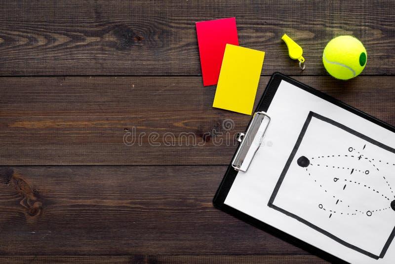 Esporte que julga o conceito Árbitro do tênis Plano da tática para os cartões do jogo, de bola de tênis, os vermelhos e os amarel imagens de stock royalty free