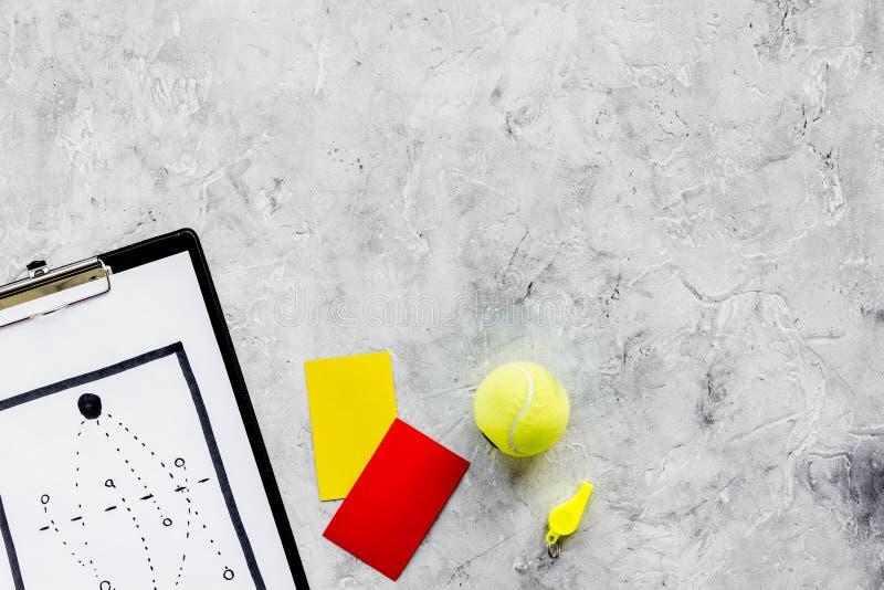 Esporte que julga o conceito Árbitro do tênis Plano da tática para os cartões do jogo, de bola de tênis, os vermelhos e os amarel fotos de stock