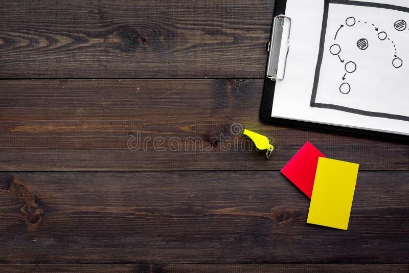 Esporte que julga o conceito Plano da tática para os cartões do jogo, os vermelhos e os amarelos, assobio no espaço de madeira da foto de stock royalty free