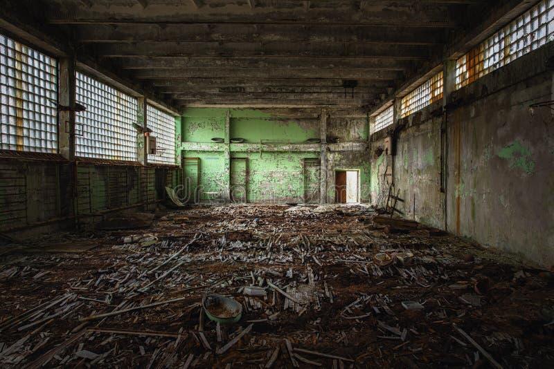 Esporte salão abandonado na escola evacuada fotografia de stock
