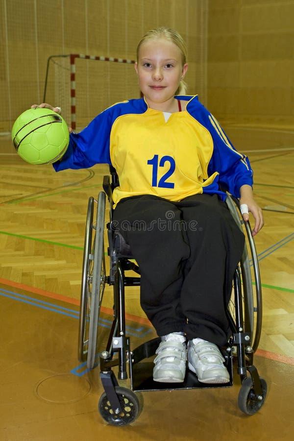 Esporte tido desvantagens da pessoa na cadeira de rodas fotos de stock