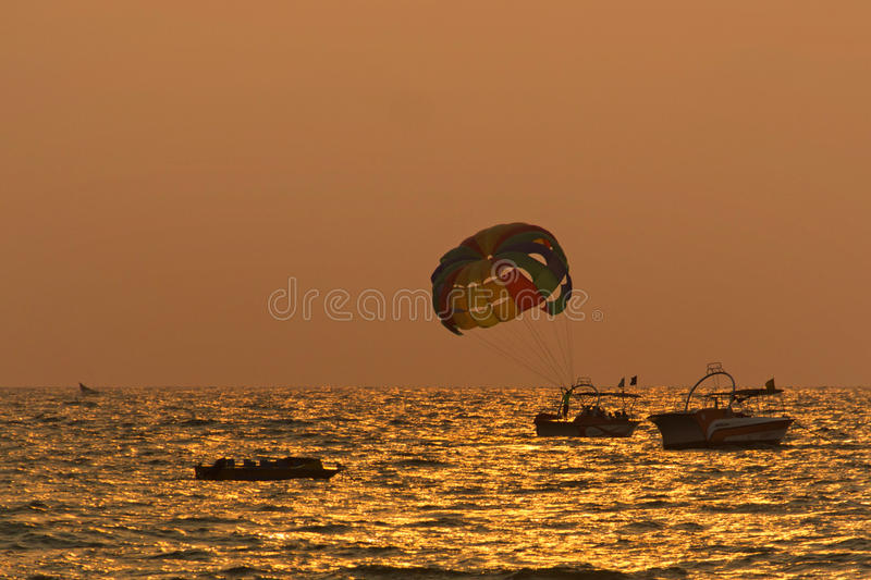 Esportes de água da praia de Goa durante o por do sol fotos de stock royalty free