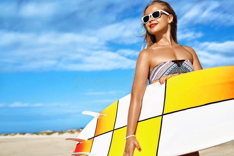 Esportes de água Surfar Mulher com a prancha em férias das férias de verão fotografia de stock