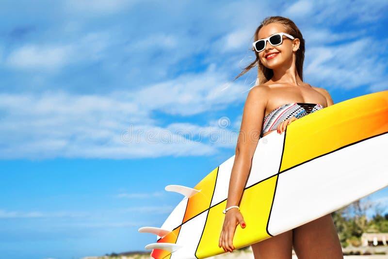 Esportes de água Surfar Mulher com a prancha em férias das férias de verão imagens de stock royalty free