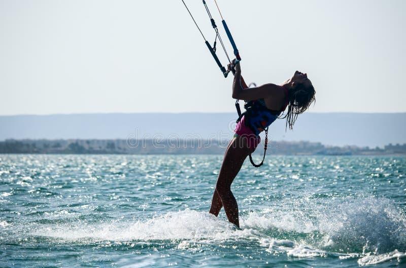 Esportes de  Desportista de Kiteboarding que salta altamente no c A fotos de stock