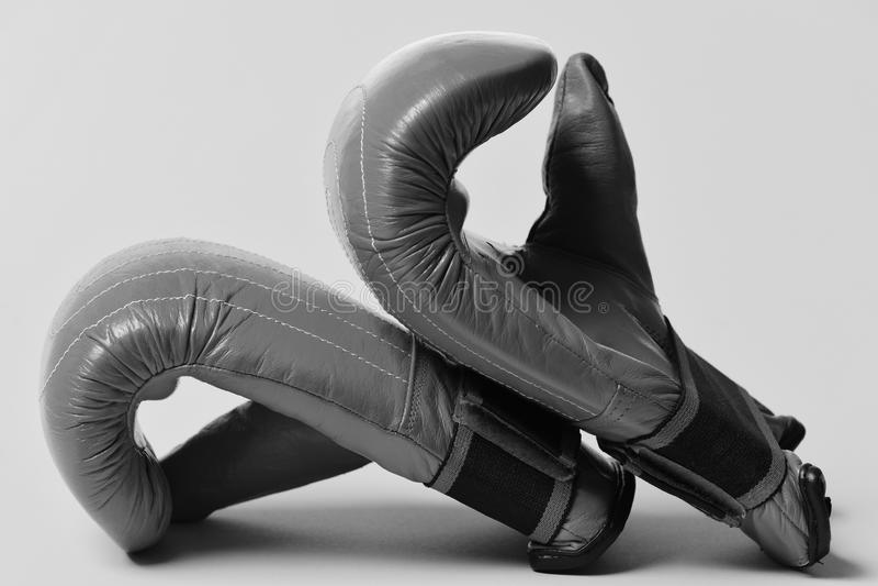 Esportes e conceito das artes marciais Equipamento de couro da caixa para a luta e o treinamento Pares de luvas de encaixotamento foto de stock royalty free