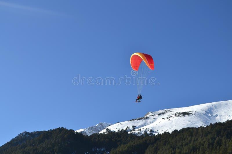 Esportes extremos, Bansko, Bulgária Parapente do esqui imagem de stock royalty free