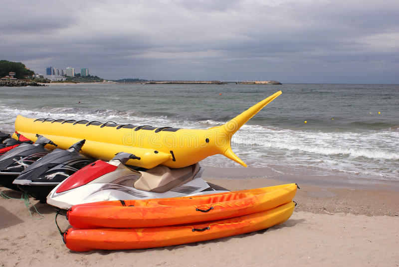 Esportes náuticos na praia imagens de stock